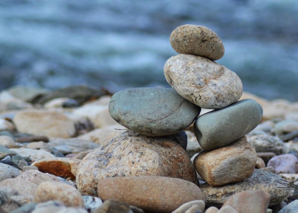 valokuva pienestä kivikasasta rannalla