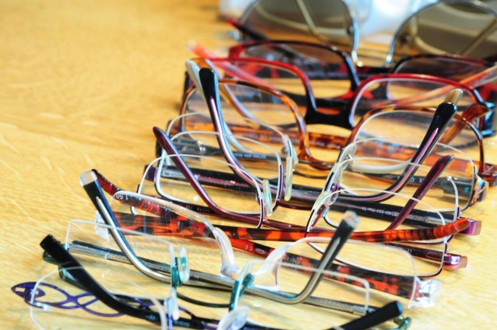 Valokuvassa paljon erilaisia silmälaseja