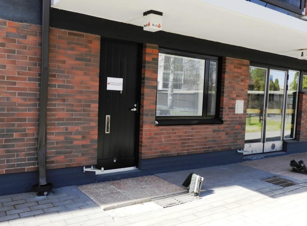 valokuva, jossa toimiston ovi ja ikkuna kuvattuna ulkoapäin